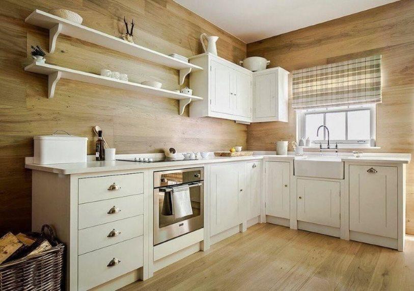 Белый гарнитур в кухне с деревянной отделкой стен