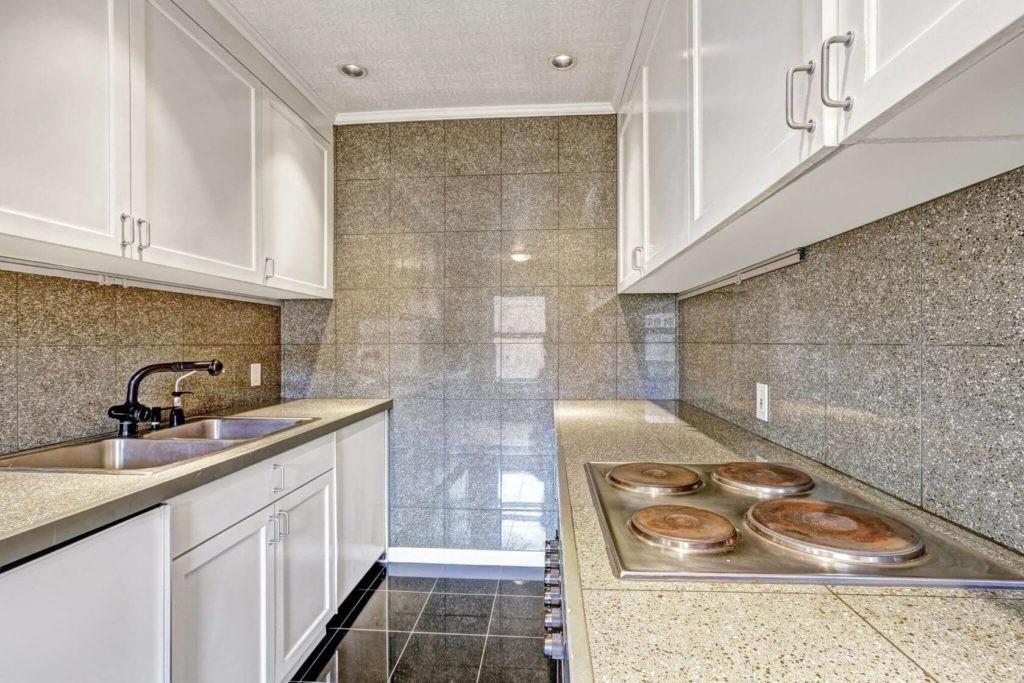 Глянцевая плитка на стене узкой кухни