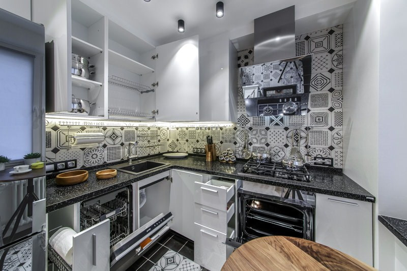 Открытые дверцы кухонного гарнитура