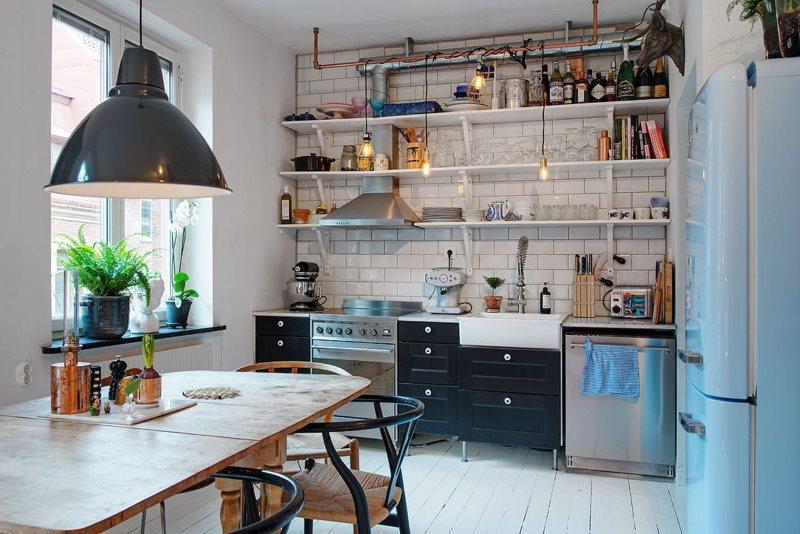 Кухонная утварь на открытых полках