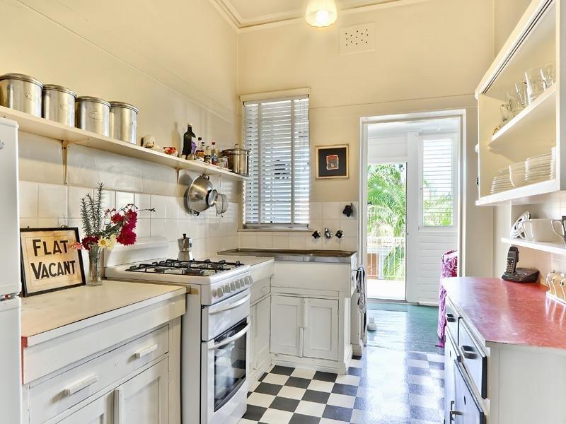 Пол в черно-белую клетку на кухне частного дома