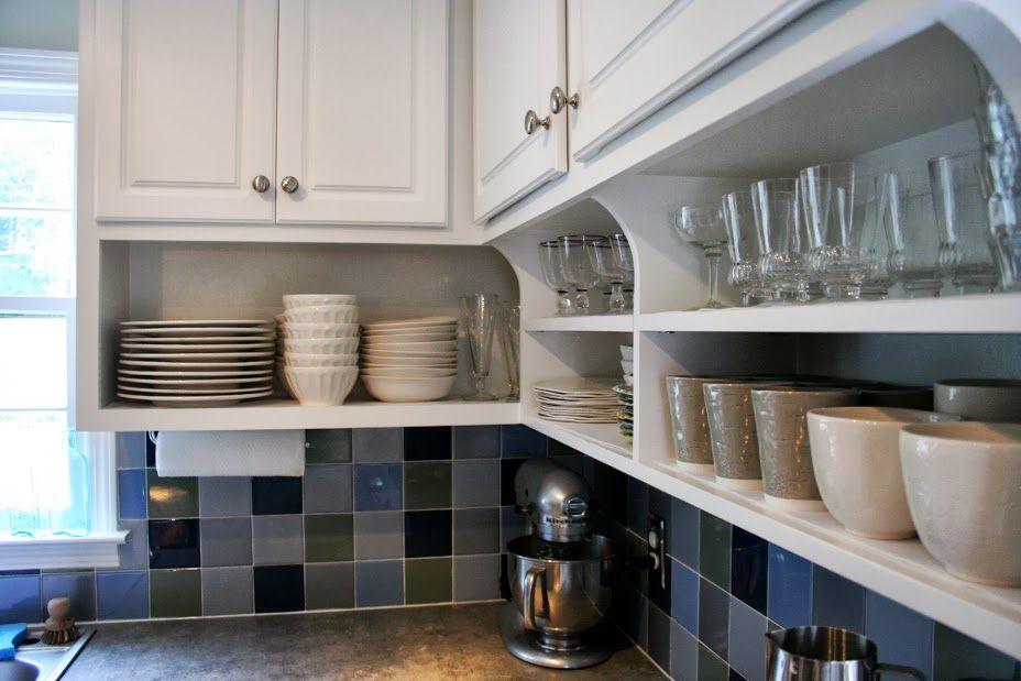 Фарфоровая посуда на открытых полках кухонного гарнитура
