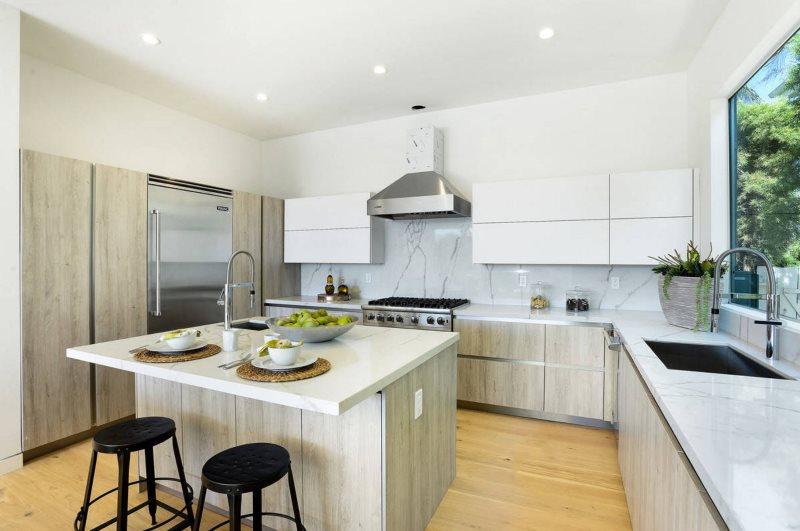 Белая кухня П-образной планировки с мойкой у окна