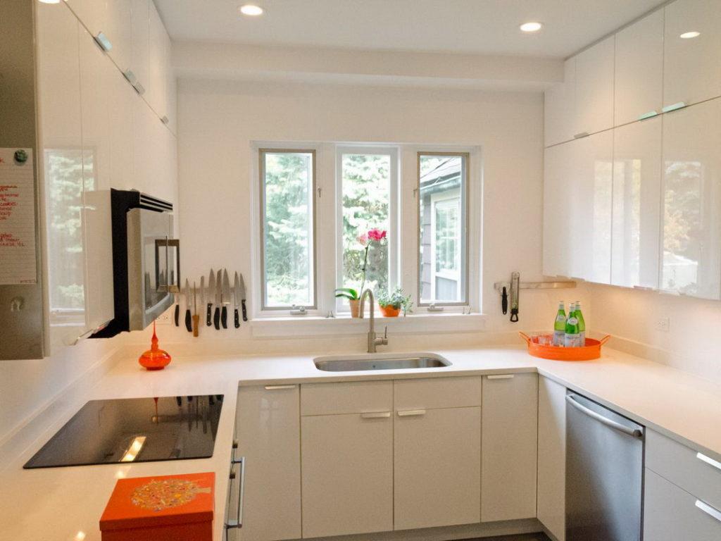 П-образный гарнитур в светлой кухне хрущевки