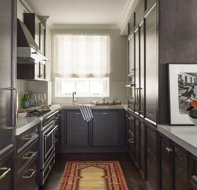 П-образный гарнитур в кухне с мойкой около окна