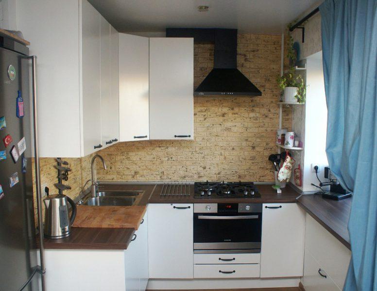Открытая вытяжка в небольшой кухне П-образной планировки