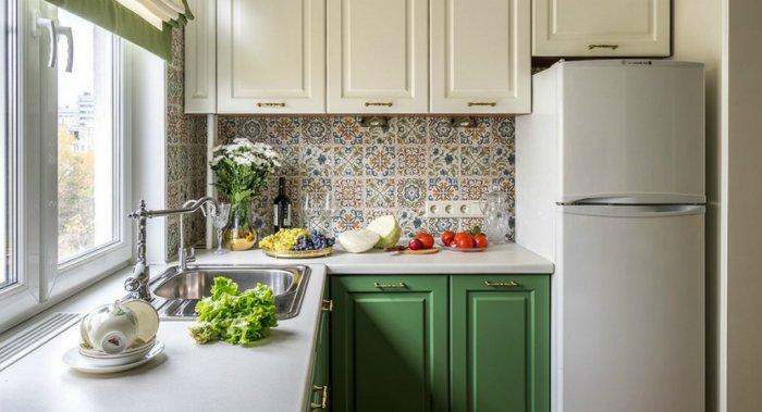 Низкий холодильник в небольшой кухне