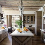 Интерьер кухни с деревянными балками