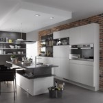 Двухуровневый потолок в кухне загородного дома
