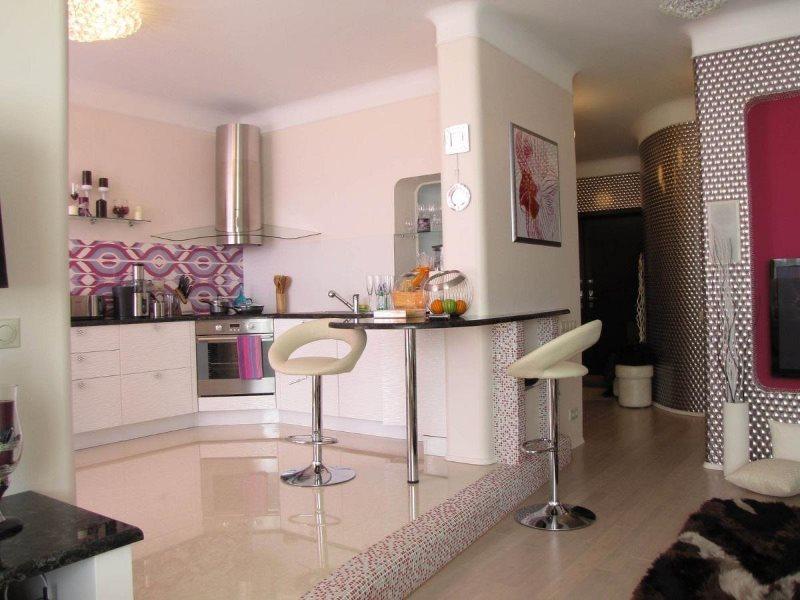 Зонирование подиумом кухни-гостиной площадью 18 кв м