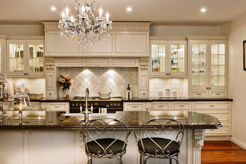 Освещение рабочей зоны классической кухни-гостиной