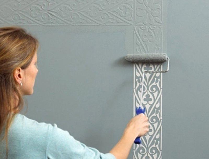Нанесение на стену декоративного слоя краски через трафарет