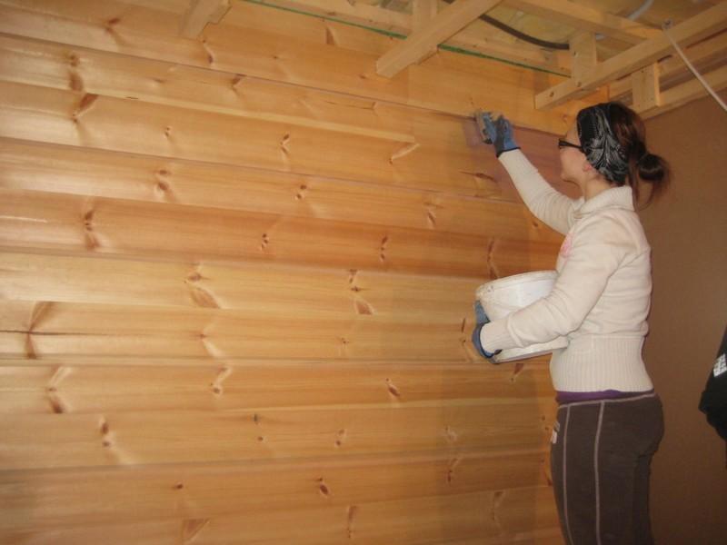 Покрытие лаком деревянных стен в санузле частного дома