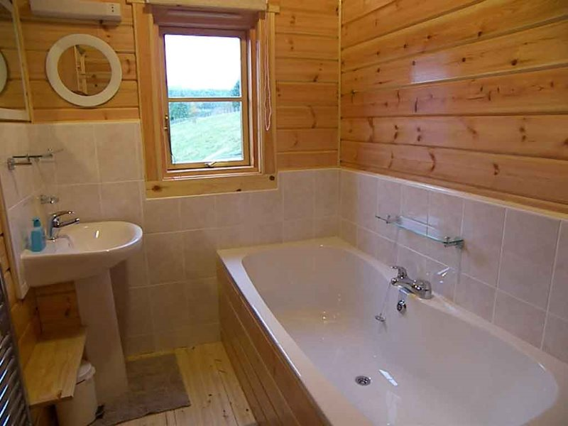 Пример частичной облицовки стен плиткой в деревянном доме