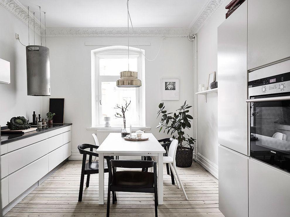 Деревянный пол из сосны в кухне скандинавского стиля