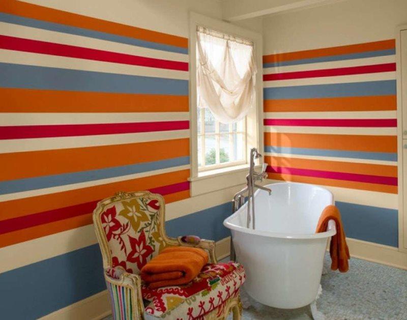 Окраска стен ванной комнаты в цветные полоски
