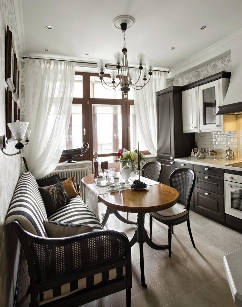 Полосатый диван в кухне-гостиной классического стиля