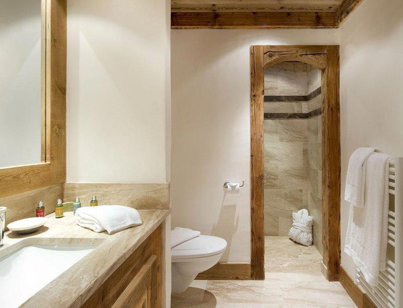 Белое полотенце на деревянной решетке