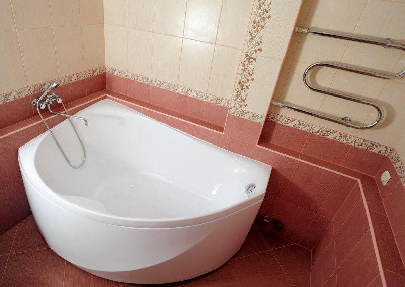 Полотенцесушитель на стене ванной комнаты