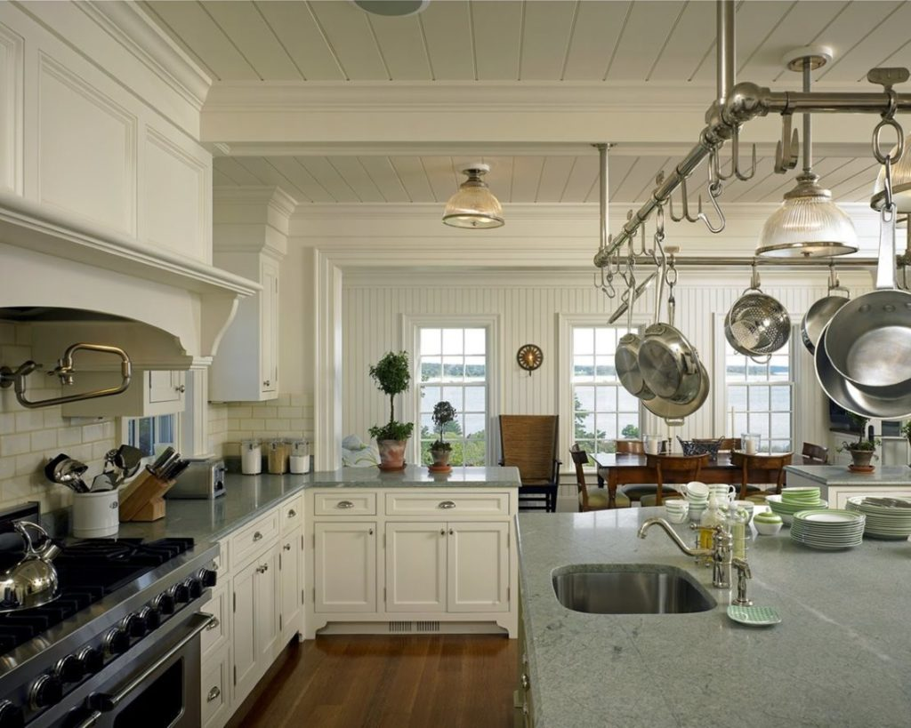 Крашенные доски на потолке кухни в сельском доме