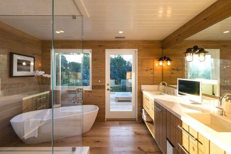Белый потолок из пластиковых панелей в ванной комнате частного дома