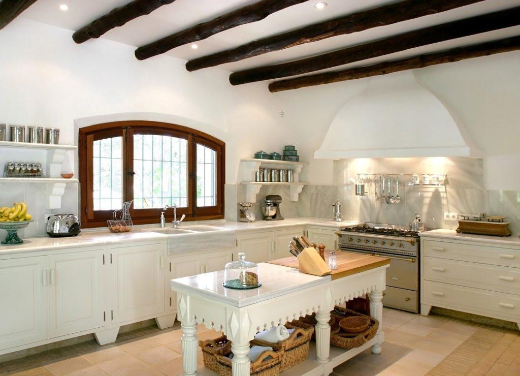 Белый потолок с балками из дерева