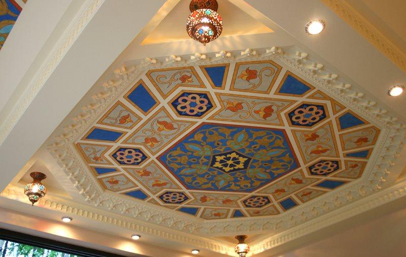 Потолок в восточном стиле в кухне частного дома