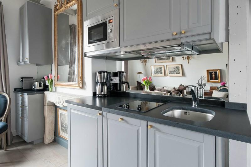 Кухонная мойка в серой столешнице из камня