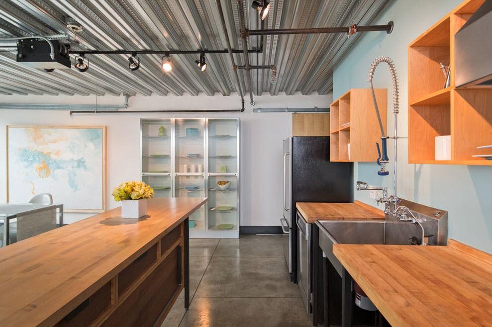 Дизайн кухни с профлистом на потолке
