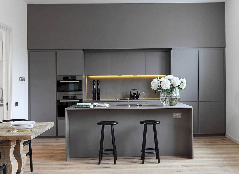 Линейный гарнитур серого цвета на кухне с островом