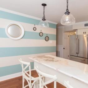 Полосатые стены кухни в деревенском стиле