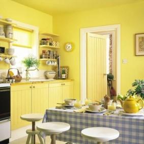 Окраска стен кухни желтой краской