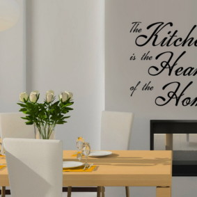 Виниловые наклейки на стене кухни