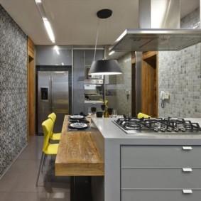Серые обои в кухне небольшой площади