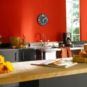 Красная стена кухни с обоями под покраску