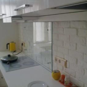 Закаленное стекло на кухонном фартуке
