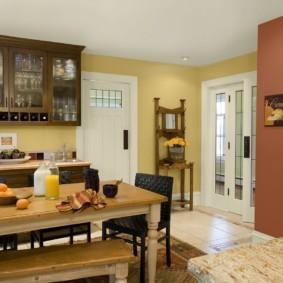 Деревянный стол в кухне-столовой