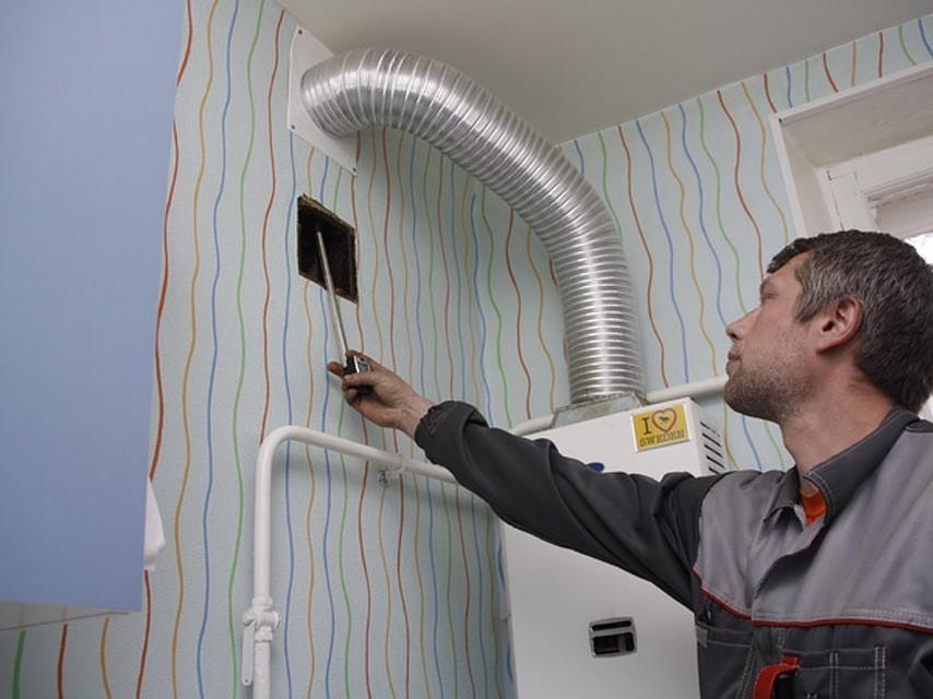 Проверка специалистом вытяжки на кухне с газовой колонкой