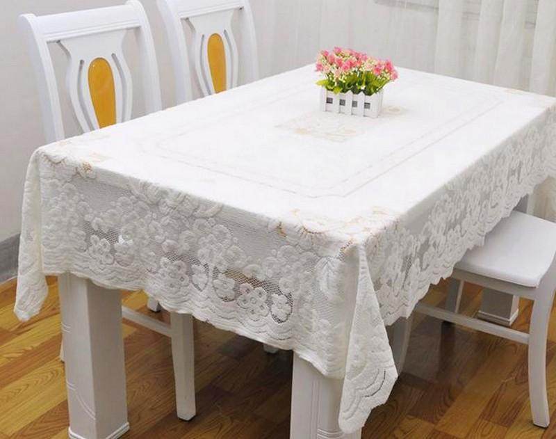 Белая клеенка на прямоугольном столе кухни