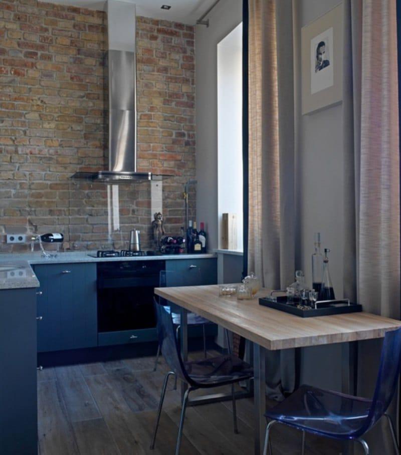 Прямые занавески в маленькой кухне