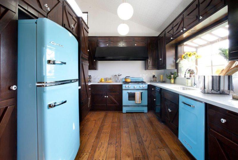 Голубой холодильник с пузатыми дверцами на кухне в стиле ретро