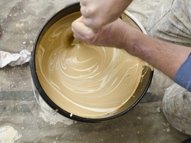 Перемешивание водоэмульсионной краски для стен в ванной