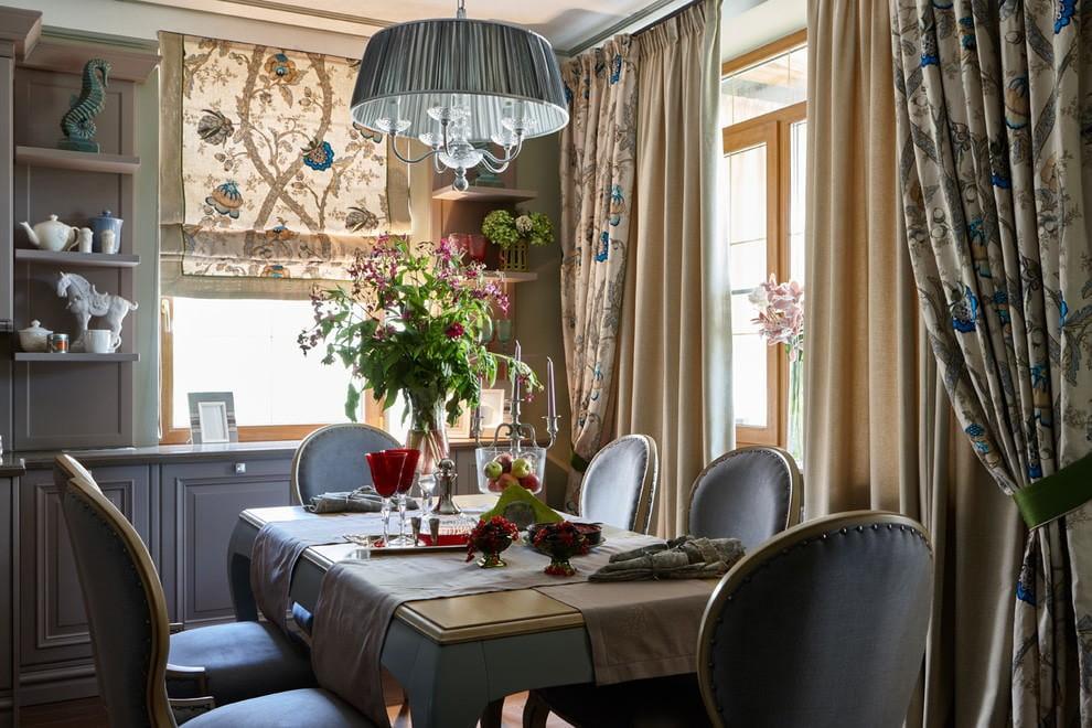 Сочетание различных штор в современной кухне классического стиля