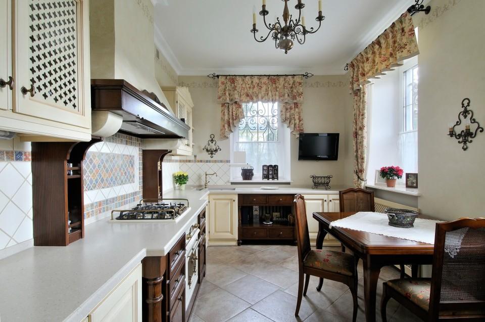 Вытянутая кухня в стиле прованс с короткими шторами