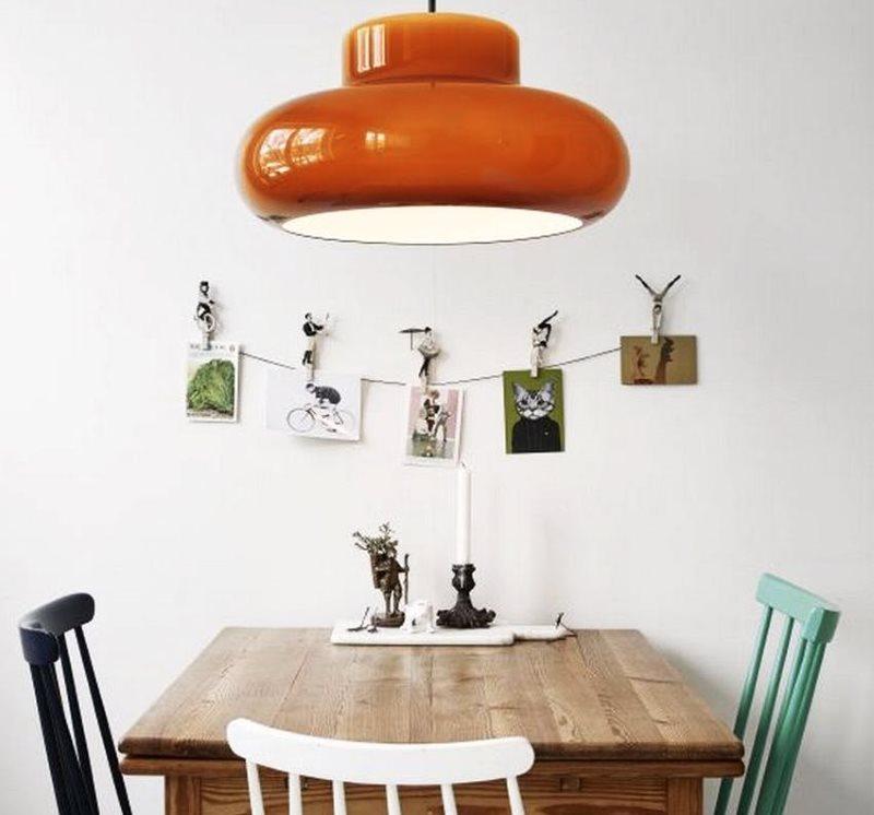 Обеденная зона кухни со стульями разных цветов