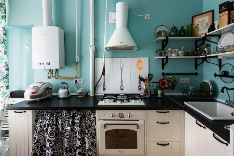 Открытая газовая колонка в деревенской кухне
