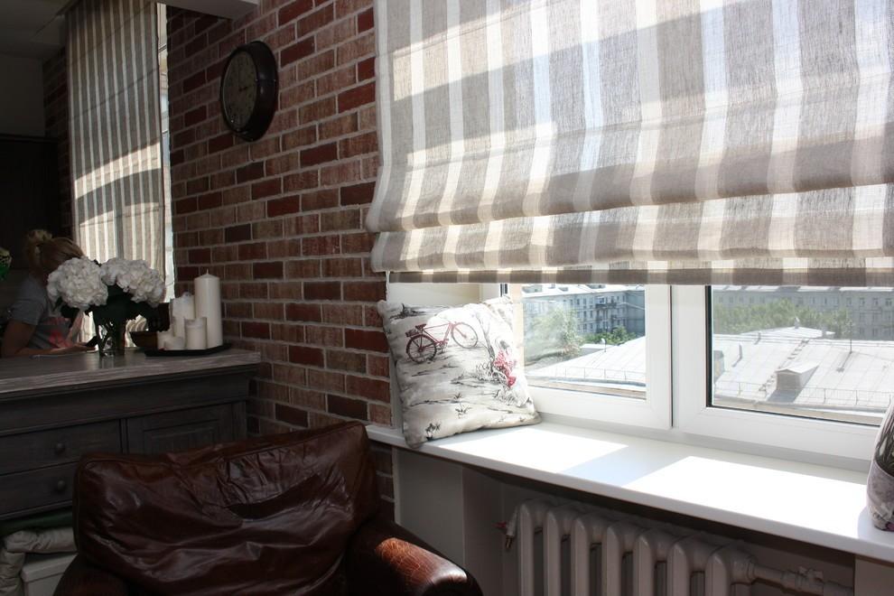 Легкая римская штора на окне кухни в индустриальном стиле