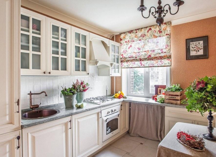 Римская штора в цветочек на кухне кантри