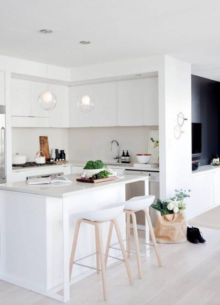Встроенные светильники на белом потолке кухни
