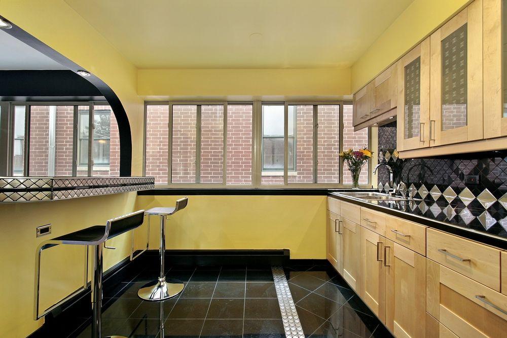 Черный пол на кухне с простым потолком
